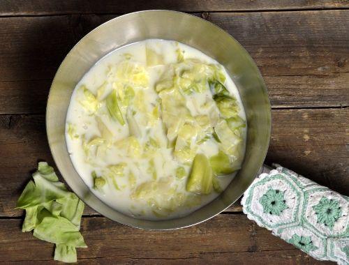 Stuvad vitkål passar till det mesta som stekt falukorv, grillad kyckling, stekt korv, stekt halloumiost, fläsk, bacon, köttbullar, pannbiff osv. Servera ev. kokt potatis till också.