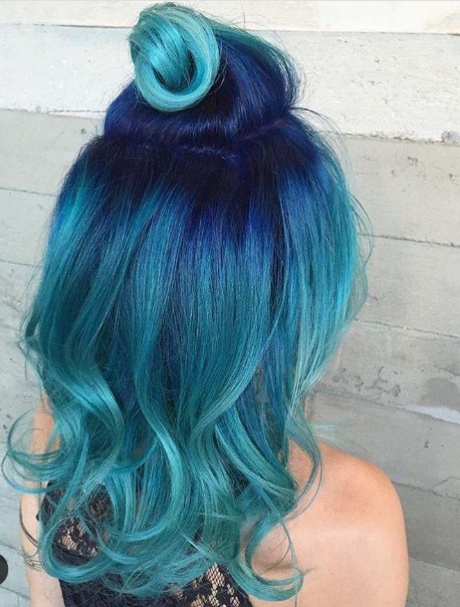 Cheveux bleu foncé et dégradé  bleu pâle.
