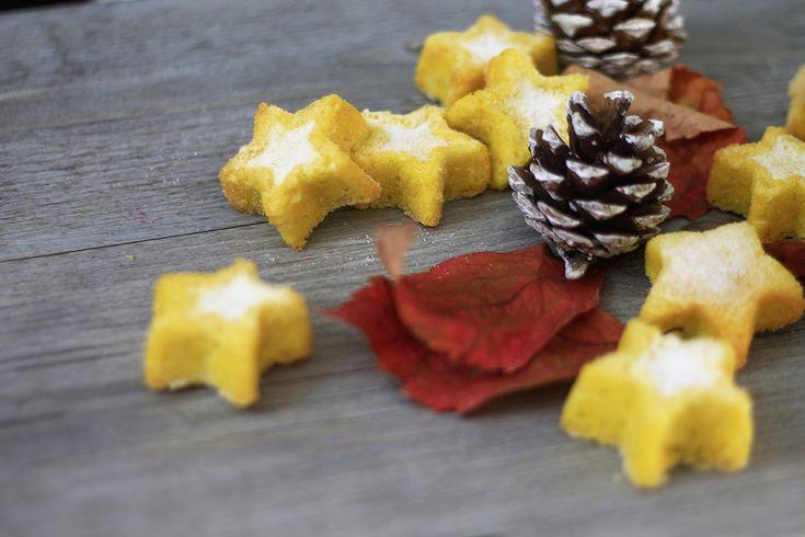 La ricetta semplice e veloce delle stelle di Natale soffici con zucchero a velo una colazione all'insegna della bontà e della delicatezza.