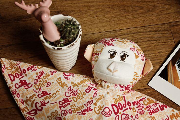 Mono de Apego Mom Fifi -  Monito de textura suave y cómoda; ideal como compañía de los niños a la hora de acostarse para sentirse seguros y cerca de sus afectos. Algodón 100% orgánico. Relleno de vellón siliconado (100% poliéster).  Disponible en 4 versiones. Medidas: 25cm largo x 34cm ancho.