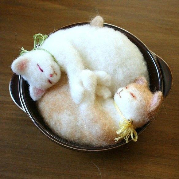 ふわふわ羊毛フェルト製の白猫と茶猫です。仲良くお気に入りのグラタン皿に入ってお昼寝中。グラタン味の猫? 猫味のグラタン?首輪に、小さな金色と銀色の鈴をつけています。猫は器には接着していませんので、取り出せます。首輪の色は変更可能です。ご希望があればお知らせください。材質;羊毛フェルト、刺しゅう糸、鈴2個、磁器size; 器の外径 15.5cm(取っ手含まず)  ≪オーダー制作について≫ネコちゃん、犬くん の写真を何枚かいただければ、オーダーもお作りします! 色、模様、ポーズ、表情 、性格や特徴なども含め、できるだけご希望にそえるように努力します! 形態、サイズ、価格、納期など詳細をご確認いただいた後オーダー注文専用ページを設けますので、ご購入いただいた後、制作に入ります。お写真がありましたらお送りください。 完成途中で何度か確認いただき、 手直しをしながら完成にむかいます。ご納得いただいてからの発送といたします。 価格は出品作品を参考に、プラス40%。(4,000円の場合は5,600円でお受けします。)まずはお気軽に【オーダーの相談をする】欄からご相談くださいね。