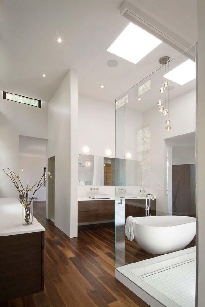 Idée décoration Salle de bain  Spacieuse salle de bain design luxe aux multiples passages et ouvertures sans po