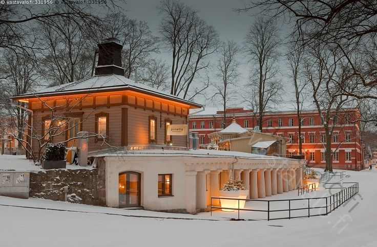 Pinella talviaamuna - historiallinen Turku ravintola Pinella Puupinella Puu-Pinella puinen vanha rakennus vanhat rakennukset historia Gylichin pylväät Itäinen rantakatu talvi kaupunki arkkitehtuuri