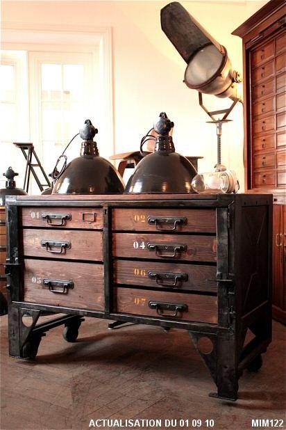 Meuble de type industriel vers 1950, origine armée française, joli détail de piètement sur roulettes, verrouillage des tiroirs, poignées type atelier, 7 tiroirs, bois et métal graphite.