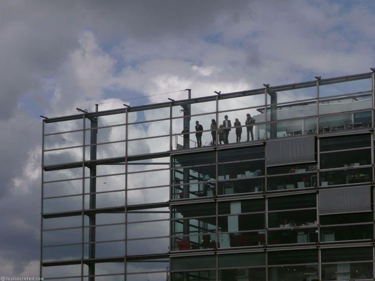 La Fondation Cartier pour l'art contemporain è una fondazione creata nel 1984 da Alain-Dominique Perrin. Precedentemente situata a Jouy-en-Josas, dal 1994 è ospitata nell'edificio progettato dall'architetto Jean Nouvel a Parigi, in boulevard Raspail. L'opera architettonica si caratterizza per essere basata sulle idee di trasparenza, dissolvenza e smaterializzazione. L'obiettivo della fondazione è promuovere e sostenere l'arte contemporanea mediante varie attività.