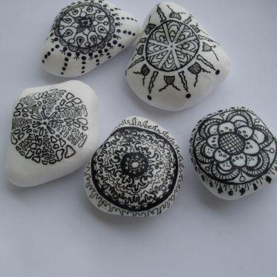 Prírodné kamene ručne maľované trvácnymi farbami, na zadnej strane prilepená extra silná magnetka. Uvádzaná cena je za 1ks magnetky, veľkosť kameňa 1,