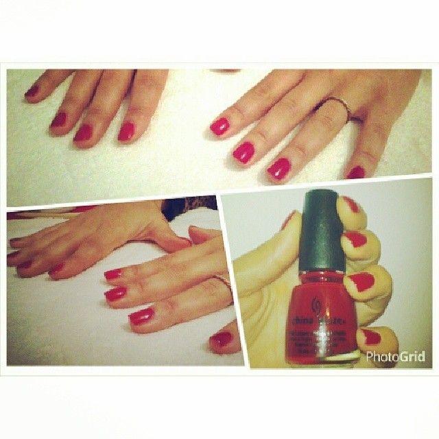 Manicuria para las manitos de Pau con esmaltado de color rojo de #chinaglaze #love #nails