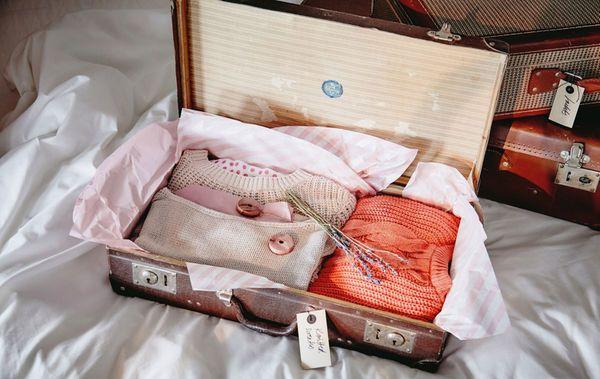 Matkalaukut sopivat hyvin vaatteiden säilytykseen. Jos laukut ovat vanhoja, vuoraa ne myrkyttömällä paperilla ja laita vaatteiden sekaan laventeria tai seetriä torjumaan tuholaisia.