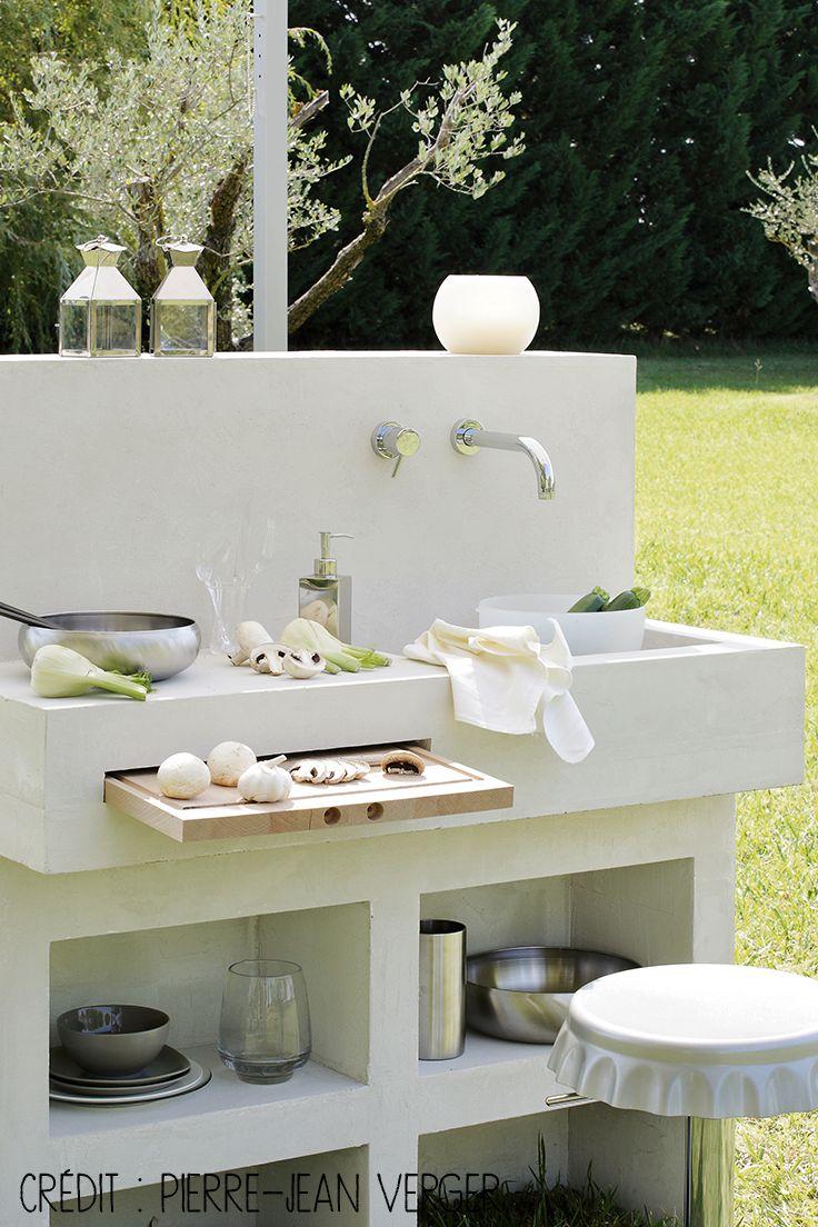 Une cuisine aux lignes épurées et modernes dans son jardin. #dccv #cuisine #kitchen #exterieur #jardin #ete