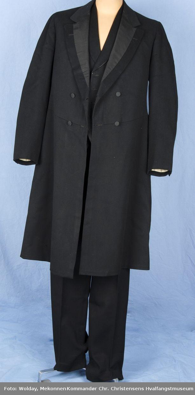 Bonjour en eldre type dobbeltspent herrefrakk. Den ble brukt som en jakke over skjorte og vest.