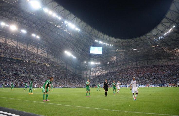 Stade Vélodrome - Marseille - 67 394 places  Deuxième plus grand stade en France après le Stade de France, le Vélodrome sort de son dernier chantier et sera inauguré jeudi. Désormais couvert et avec une capacité de 67 000 places, le stade de Marseille est plébiscité depuis le début de la saison en Ligue 1. L'ambiance des grands soirs s'y annonce très chaude. (L'Equipe)