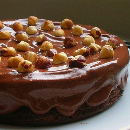 Κέικ σοκολάτας με νουτέλα, πραλίνα φουντουκιού και γλάσο σοκολάτας.