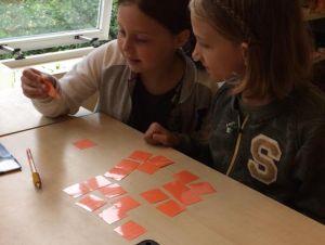 De tafels oefenen met leuke spelletjes is een goede manier om kinderen tafels bij te brengen. Het belang van de tafels oefenen wordt nogal eens onderschat.