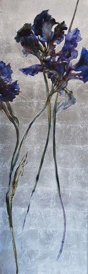 Artiste:? Titre:? C'est trois fleurs bleu foncé et noir avec des tiges noirs et un fond bleu-gris pâle. J'ai choisi cette peinture, car j'aime le mixte des couleurs  sur les fleurs, le bleu foncé au milieu et le bout plus noirs comme un dégradé. Aussi, je trouve que le fond ressemble à des cubes de glace. Quand je regarde cette toile, je me sens relaxe.