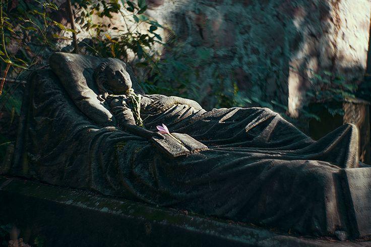 Schlafende Schönheit alter Friedhof Freiburg