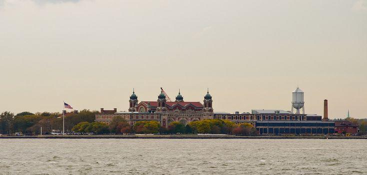Ellis Island está localizada em Nova York, ao largo da ilha Manhattan, na extremidade sul. Durante os anos de 1892 a 1954, Ellis Island foi o ponto de chegada de mais de 12 milhões de imigrantes aos Estados Unidos da América. Estima-se que quase metade da população norte americana poderá dizer que possui pelo menos um ancestral que ch
