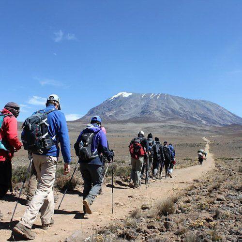 Reisetipps & Bericht über den Aufstieg zum Kilimandscharo. Ein Interview mit einer Gipfelsiegerin. Packliste, Vorbereitung, vor Ort Informationen, Tipps für die Reise...