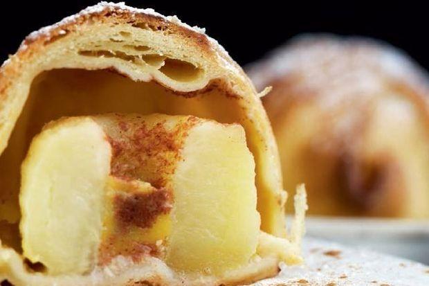 Traditioneel gebak: worstenbrood en appelbollen voor Verloren Maandag