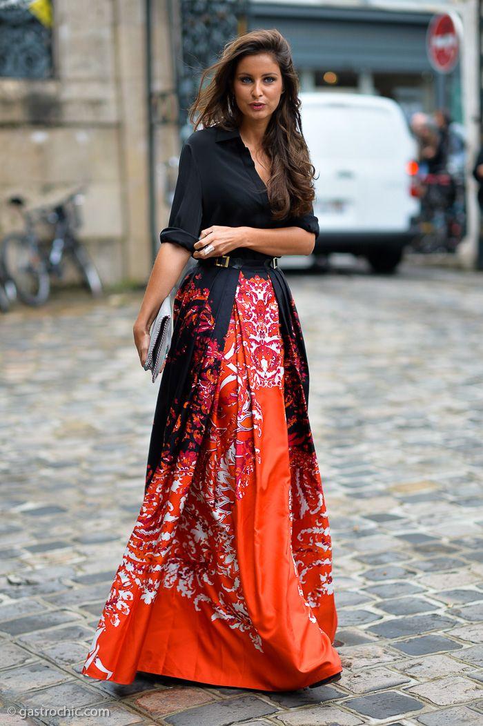 Aquí hay otro hermoso y espectacular se ven fuera de la muestra de alta costura: en Zuhair Murad, una seda naranja imprimir falda maxi...
