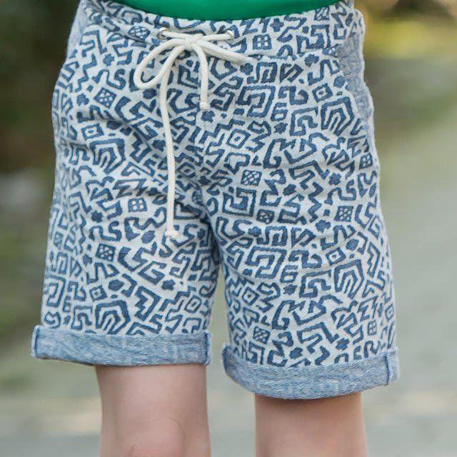 Voor jou is de Cyriel Short even gemakkelijk om te naaien, als voor hem om aan en uit te doen. Door de averechtse kant van de stof te gebruiken als contraststof aan de zoom en zakken, geef je een aparte toets aan dit ontwerp. Wij kozen voor een sweaterstof met blauwe print. Het naaipatroon van de Cyriel Short vind je in ons mei/juni-nummer 2016.Wasvoorschrift: