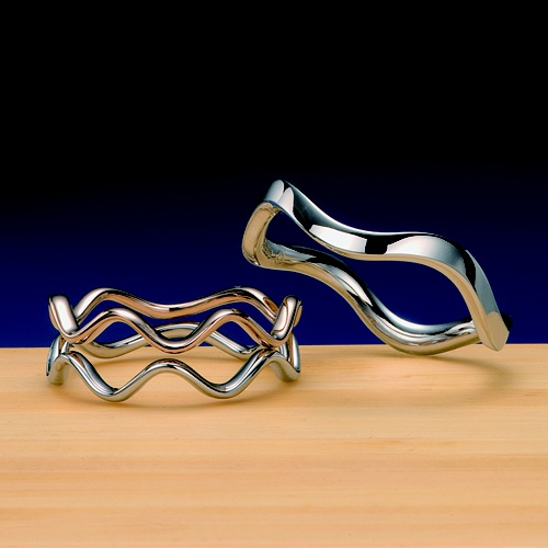 結婚指輪 謡 -utai-  音階を表現した作品。おふたりが奏でる音色を結婚指輪に込めてます。音はドレミファソラシドだけですが、その音階は無限。おふたりの無限大の可能性を表現した作品です女性用は、K18金ピンクゴールドとの重ね着けがお勧め。    Wedding ring   謡-utai- Work expressing a scale.   The wedding ring is loaded with the tone which two persons play.   The scale is infinite although sound is only do,re,mi,fa,so,ra,si,do.   The object for women which is a work expressing the possibility of two persons' infinite size is clothes-worn-in-layers injury recommendation with K 18-carat pink gold.