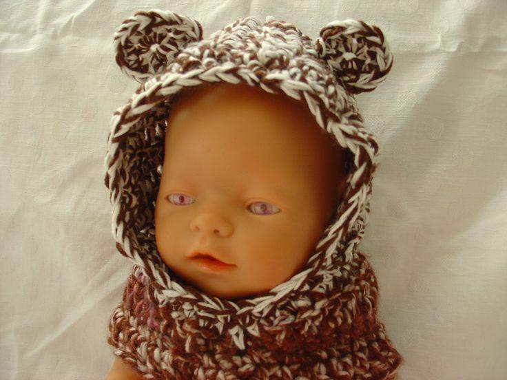 Medvídková kukla Módní hit pro malé děti musí mít i panenka - kapuce i nákrčník dohromady. A zima může přijít, panenka bude v teple jako v huňatém medvědím kožichu. Kukla je vyrobena ze zbytků různých vln laděných do hnědé barvy. Doporučuji prát v ruce při teplotě 30 st. Vhodné pro panenku Baby Born a podobná miminka.