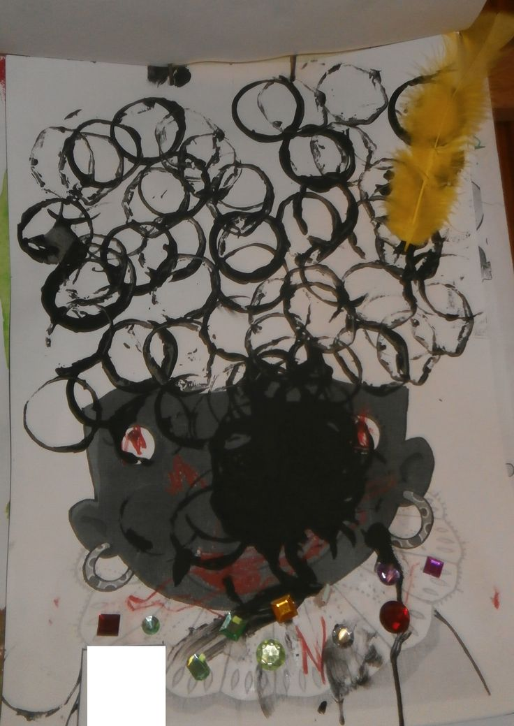 Zwarte piet zijn krullen stempelen met een keukenrol