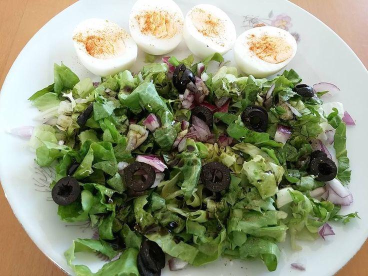 Gyors, egyszerű, finom ebéd: főtt tojás, saláta (endívia, lilahagyma, olivabogyó, só, tökmagolaj).