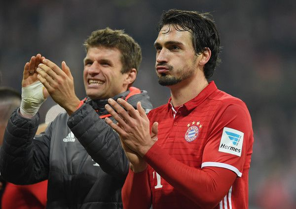 Mats Hummels Photos Photos - Mats Hummels of Muenchen applauds the fans after the Bundesliga match between Bayern Muenchen and Bayer 04 Leverkusen at Allianz Arena on November 26, 2016 in Munich, Germany. - Bayern Muenchen v Bayer 04 Leverkusen - Bundesliga