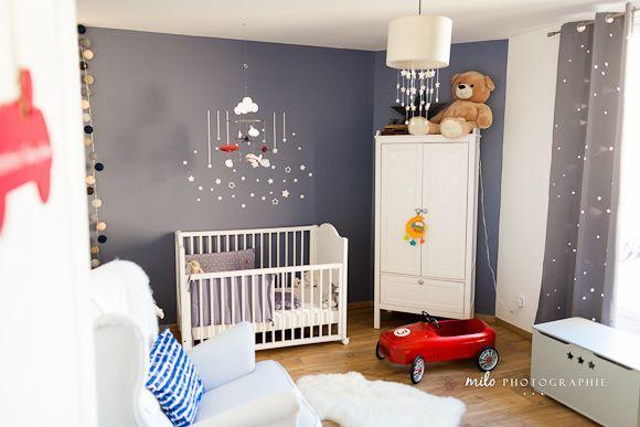 Une belle chambre bébé avec des étoiles et des avions