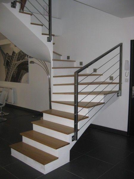 """Ca y est, l'escalier a enfin son garde-corps : - structure en acier aux lignes simples, épurées et design - cables inox tendus - couleur acier brossé - pose en applique ou """"à l'anglaise"""" (pour ne pas perdre d'espace sur les marches et le palier) Quelques..."""