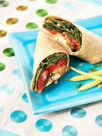 De vegetarische wraps met tomaat en courgette zijn goed gevuld. Het recept bestaat onder meer uit spinazie, humus en humus. Kortom een heerlijke maaltijd!