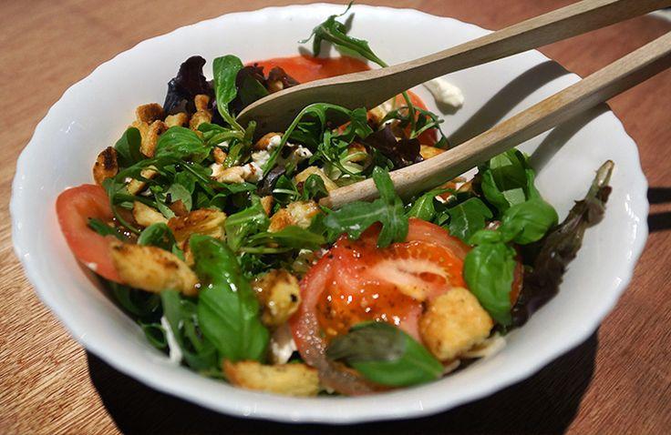 De salade maak je met veldsla, pasta (ik had vlindertjes), een tomaat, 1 bol buffelmozzarella, een paar blaadjes basilicum en balsamico sladressing. Over de salade heb ik dan nog zelfgemaakte (HEERLIJKE) croutons gedaan. Die maak je door in blokjes gesneden maïsbrood in een bakje met olijfolie, 1 teen knoflook en zout te mengen en dit even (5 minuutjes ongeveer) te bakken in een koekenpan (tot ze knapperig zijn).