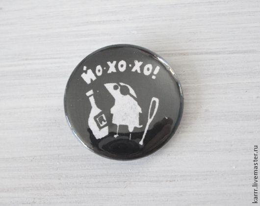 Купить или заказать Значок «Пиратский» в интернет-магазине на Ярмарке Мастеров. Аккуратный круглый небольшой значок на булавке с необычным ярким рисунком из нашего гнезда. Можно носить как брошку или украсить свой рюкзак или сумку. Настоящий пиратский значок 'Йо-хо-хо и бутылка и рома'. Значок с авторским рисунком, диаметр 25мм, булавка.