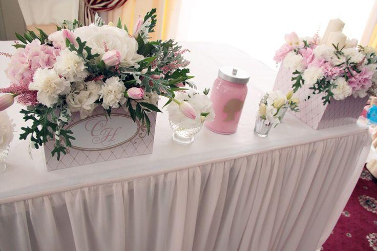 Украшение цветами стола молодых