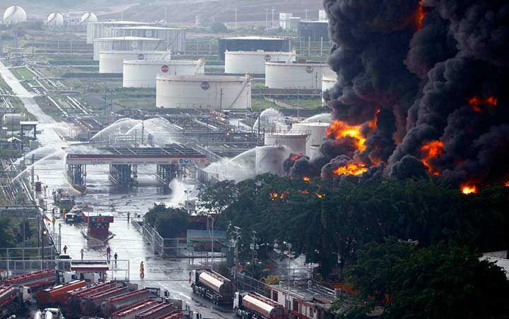 Un rayo ocasionó un incendio en dos tanques de combustible en la refinería de Puerto La Cruz #Venezuela. (Foto: Reuters)