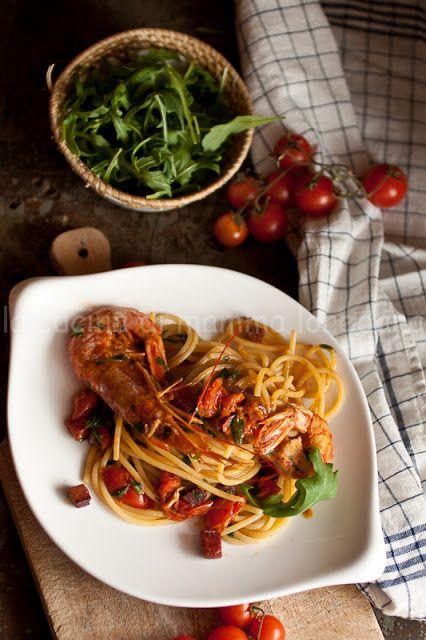 la cucina di mamma: Spaghetti con gamberi, bresaola e rucola, al pomodoro e Pennette rigate con sugo al pomodoro , feta , origano e mentuccia fresca per l'MTCn°48