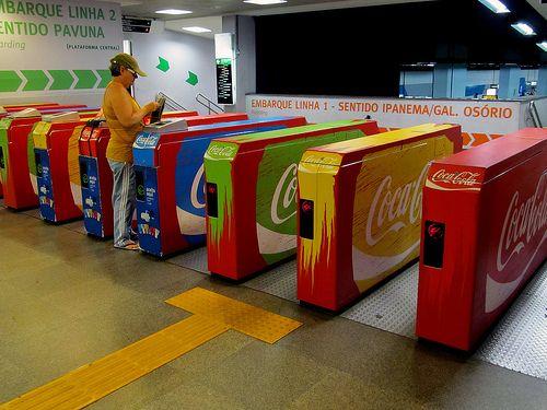 Cocacola ha usado mas colores a parte del rojo, y me parece muy original para los tornos del metro. Alberto Soto  Fifa Coke - Public Transport