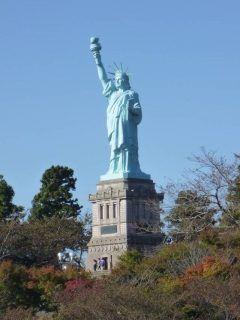青森県上北郡おいらせ町のいちょう公園にはなんと自由の女神があるんですよ(_)v アメリカと同じ北緯度の位置にあることから本物の四分の一のスケールで建てられました 夜はライトアップもされて違った雰囲気が楽しめますよ  tags[青森県]