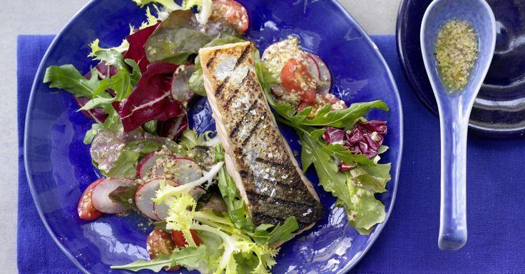Gegrillter Lachs auf Salat ist ein leichter Hochgenuss für figurbewusste Schlemmer. 1 Portion des Grill-Lachs deckt den Tagesbedarf an Vitamin B6 und B12.