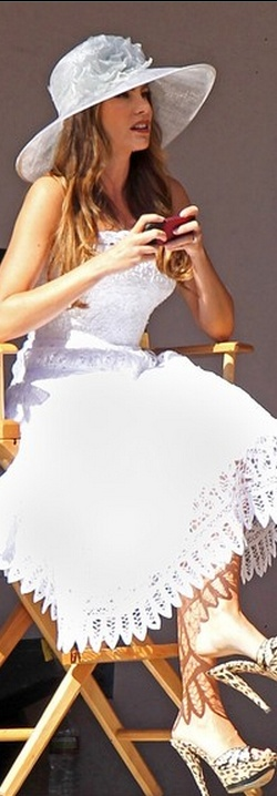 Who made  Sofía Vergara's white scallop lace dress that she wore in Los Angeles?
