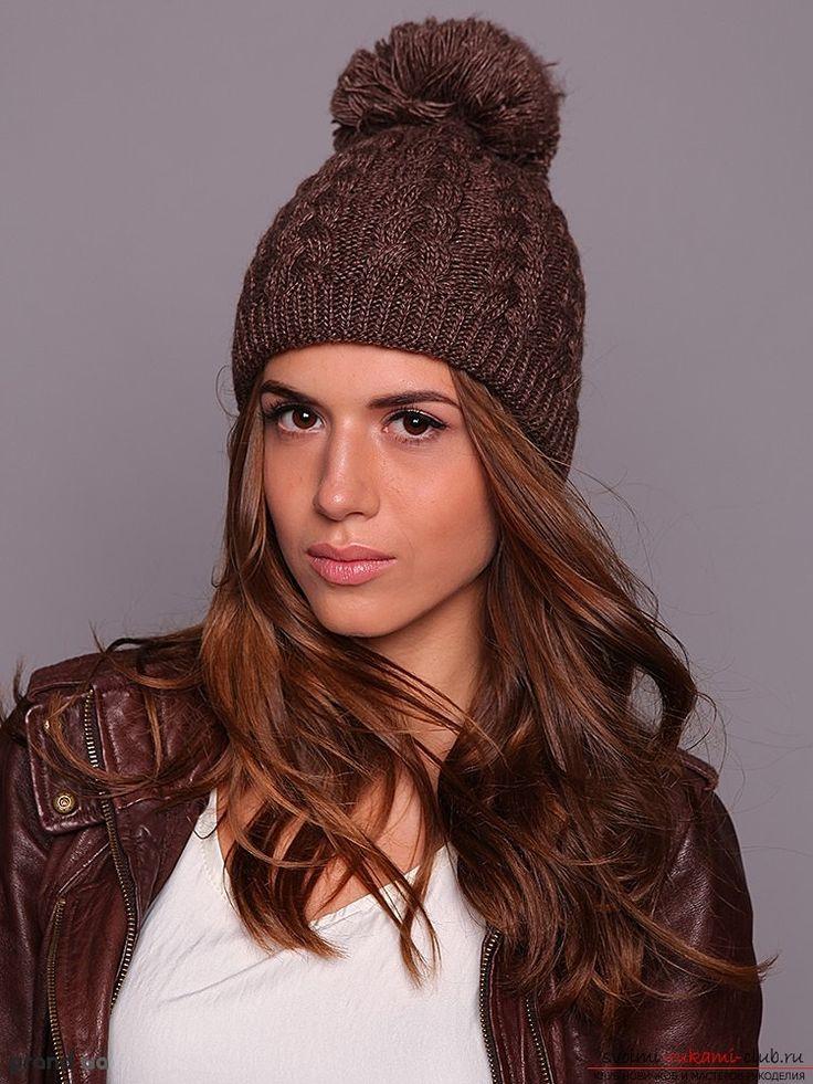 вязаная спицами женская зимняя шапка с помпоном. Фото №1
