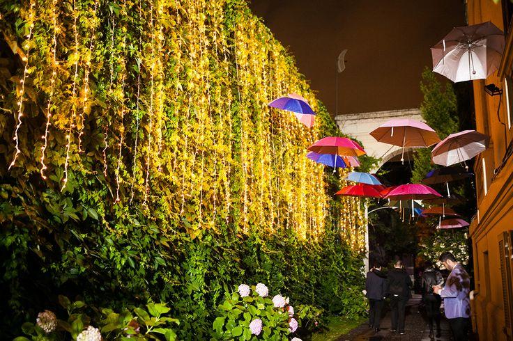 Luces entre hojas, y paraguas. Palacio Astoreca.