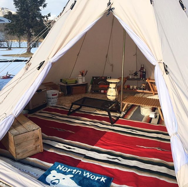 2016.1.22 *. こないだのアルヘイムの中は引きこもりキャンプで快適でした♡ 2人でこの広さ(笑) *. 手前半分(赤ラグの上)はほとんど使ってない空間でしたけど(笑) *. 右奥にホカペ敷いてたので、そこにずっといたw *. *. #アルヘイム#ALFHEIM #ノルディスク#NORDISK #ニッセン#ニッセンOEM#東芝 #エルパソ#エルパソラグ #中蒜山オートキャンプ場 #りんご箱は下駄箱