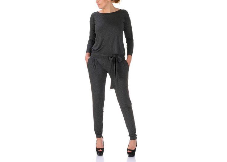Cassidy - to nowa, jesienno-zimowa wersja naszej Cassie jumpsuit! Tak jak poprzednio jest to dzianinowy kombinezon w lekko luźnym fasonie i czarnym kolorze. Z tyłu na plecach łezka wiązana troczkami, odcięty w pasie i wiązany szerokim paskiem, po bokach dwie kieszenie.  Kombinezon wykonany z lekkiej, lejącej i elastycznej dzianiny w bardzo dobrym gatunku.