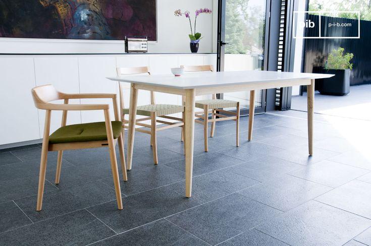 Con il suo design olandese ispirato allo stile Scandinavo degli anni '60, il tavolo in legno Fjord regalerà un tocco moderno al tuo arredamento con le sue finiture in bianco opaco.