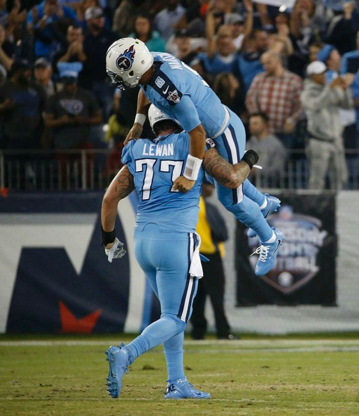 Lewan carrying Mariota