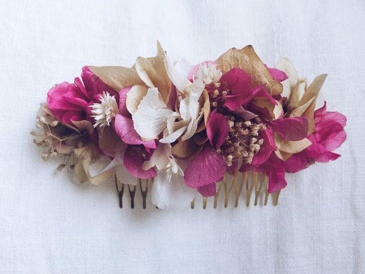 """peineta tostados&fucsia claro La """"peineta MIDI malva claro"""" está elaborada con flores preservadas. Una mezcla de hortensia de color blanco, malva y verde con detalle beige. El packaging de la peineta es una caja de cartón que permitirá conservarla largo tiempo. Conservar en un lugar seco y protegida de la luz solar. Boda. Wedding. Invitada perfecta."""