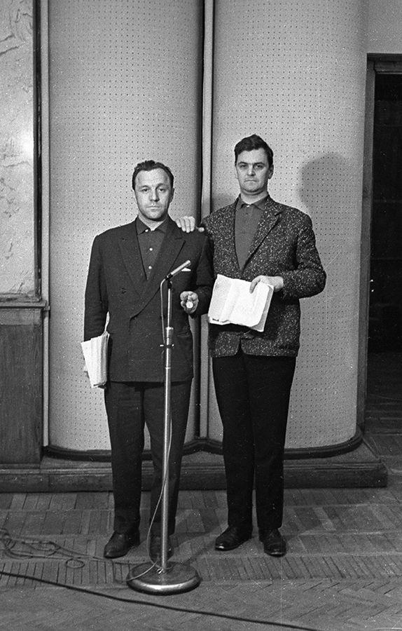 Молодые артисты Театра им. Вахтангова Михаил Ульянов и Юрий Яковлев в студии Гостелерадио, конец 1960-х.