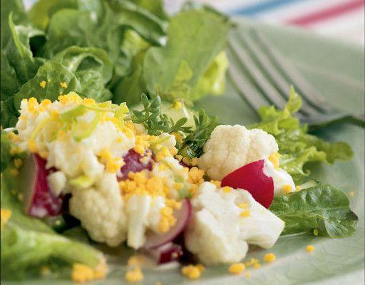 Keväinen salaatti  Valmista kastike: Mittaa ainekset tehosekoittajaan ja pyöräytä tasaiseksi seokseksi. Kuori kovaksi keitetyt munat. Erota keltuaiset valkuaisista. Hienonna valkuaiset haarukalla ja sekoita kastikkeeseen. Kokoa salaatti lautaselle tai kulhoon. Vuoraa astia salaatinlehdillä, kokoa keskelle keko salaattiaineksista, lusikoi päälle kastiketta ja ripota pinnalle haarukalla hienonnettua keltuaisia ja krassisilppua. Helpon kastikkeen voi sekoittaa kermaviilistä ja…
